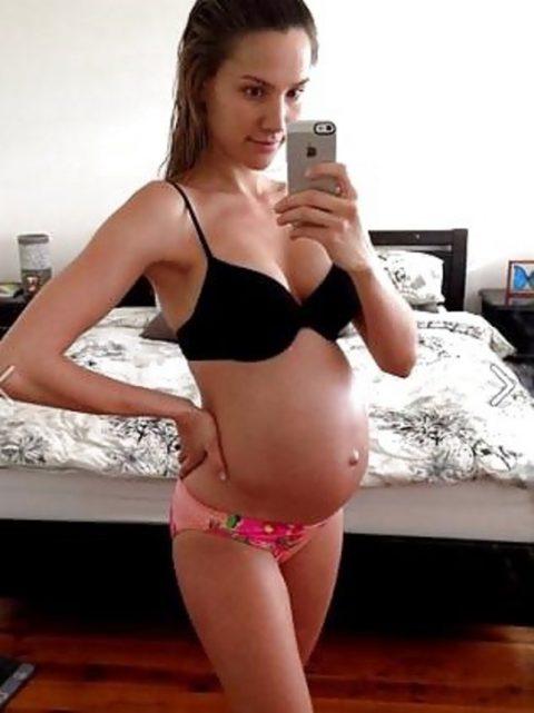 【謎】妊婦さん、自分の腹の大きさを確認するために全裸で自撮り→なぜ出回る?(画像26枚)・17枚目