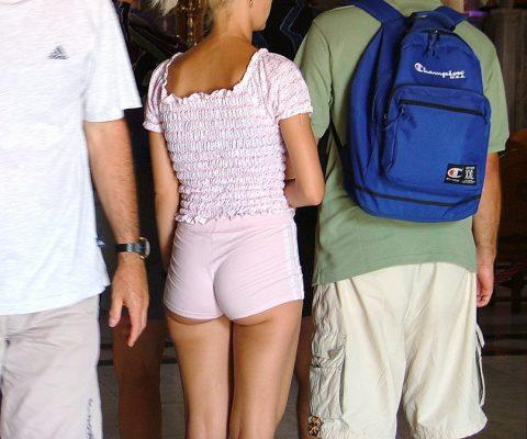 【半ケツ状態】ショートパンツを履いてる外人女性のエロさは異常wwwwwwwwwwww(画像30枚)・20枚目