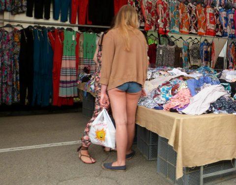 【半ケツ状態】ショートパンツを履いてる外人女性のエロさは異常wwwwwwwwwwww(画像30枚)・9枚目