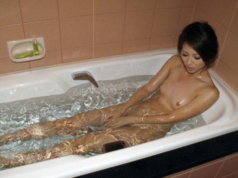 入浴中の彼女のお風呂に突入して撮ったったwwwwwwwwwwwwって画像集(29枚)