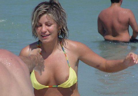 (激写☆)ヌーディストビーチで見るチクビより通常ビーチでポロの決定的瞬間を捉えたチクビの方がムラムラする説立証スレ。(写真多量)