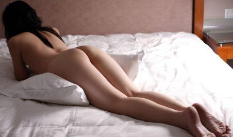 彼女がエロい格好でうつ伏せで寝転んでます→どうするか妄想してみる画像集(30枚)・15枚目