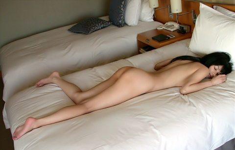 彼女がエロい格好でうつ伏せで寝転んでます→どうするか妄想してみる画像集(30枚)・24枚目