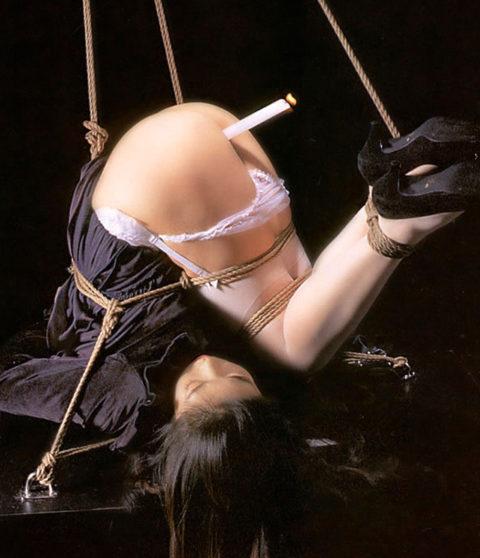 【拷問】アナルやマンコを絶対に緩めてはいけないローソク挿入プレイ(画像18枚)・12枚目