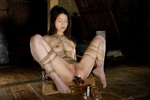 【拷問】アナルやマンコを絶対に緩めてはいけないローソク挿入プレイ(画像18枚)・13枚目