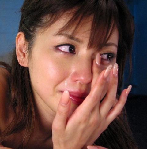 【出演強要⁈】AVでガチ泣きしてる女の子の闇深画像・・・(25枚)・7枚目