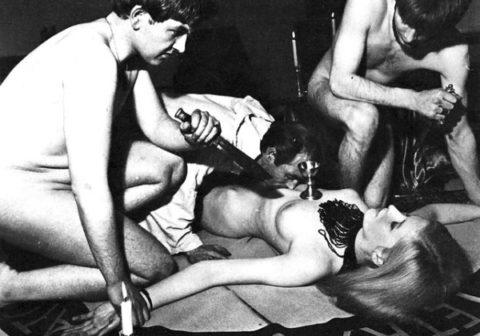 【H,エロ画像】(※恐怖)裸の女を生贄にしてる 「ヒエッ☆・・・でもよく見たらエッロ」 みたいな宗教儀式画像を貼ってく。(画像20枚)