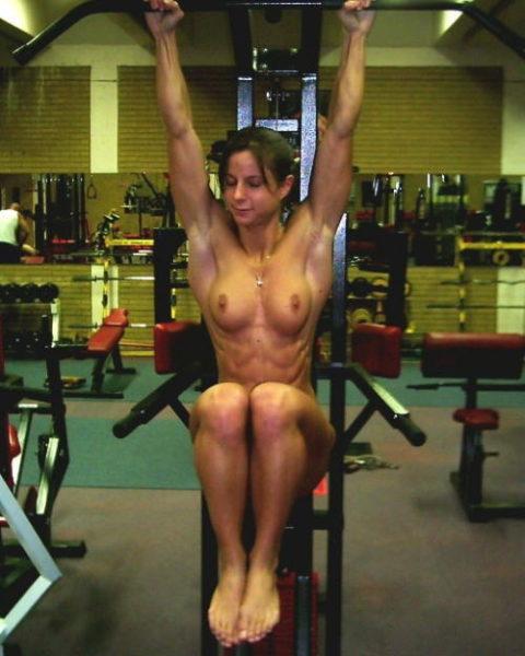 ジムでトレーニングする女たちを全裸にしてみた結果wwwwwwwwwwwww(画像20枚)・1枚目