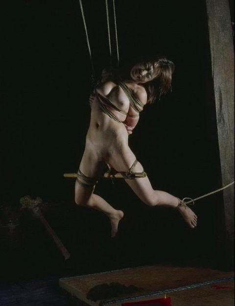 まさに芸術!!!いかに残酷でエロい態勢で宙吊りできるかが緊縛調教の醍醐味(画像29枚)・12枚目