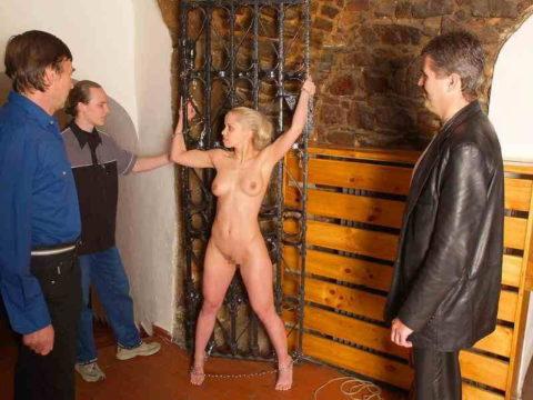 【男尊女卑】「男は着衣、女だけ裸」とかいう屈辱プレイ・・・(21枚)・16枚目