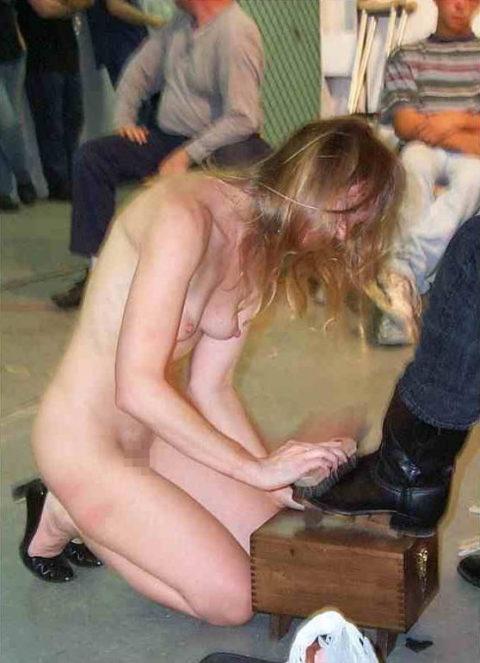【男尊女卑】「男は着衣、女だけ裸」とかいう屈辱プレイ・・・(21枚)・17枚目