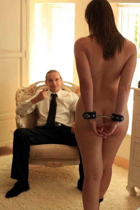 【男尊女卑】「男は着衣、女だけ裸」とかいう屈辱プレイ・・・(21枚)・3枚目