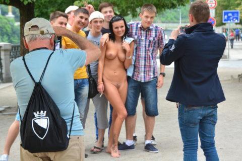 【男尊女卑】「男は着衣、女だけ裸」とかいう屈辱プレイ・・・(21枚)・7枚目