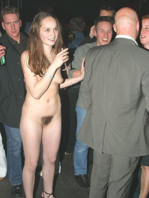 【男尊女卑】「男は着衣、女だけ裸」とかいう屈辱プレイ・・・(21枚)・8枚目