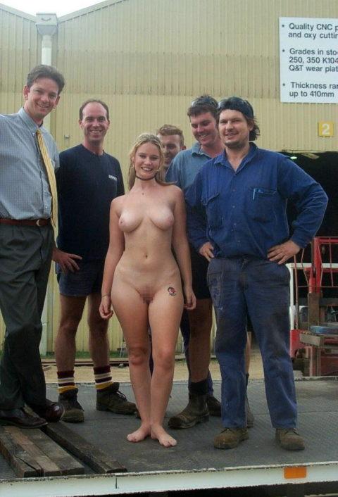 【男尊女卑】「男は着衣、女だけ裸」とかいう屈辱プレイ・・・(21枚)・9枚目