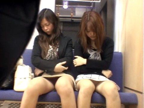 【パンチラ】電車で寝てる女の前の座席がポールポジションな理由wwwwwwwwwww(画像22枚)・13枚目