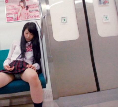 【パンチラ】電車で寝てる女の前の座席がポールポジションな理由wwwwwwwwwww(画像22枚)・16枚目