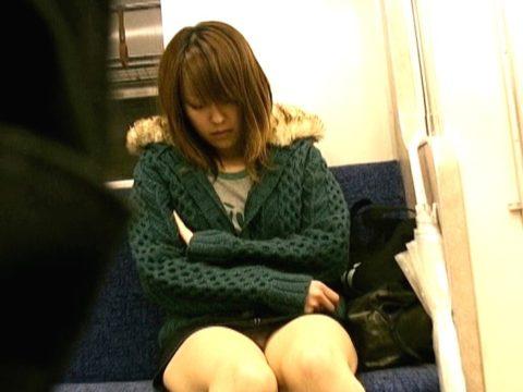 【パンチラ】電車で寝てる女の前の座席がポールポジションな理由wwwwwwwwwww(画像22枚)・17枚目