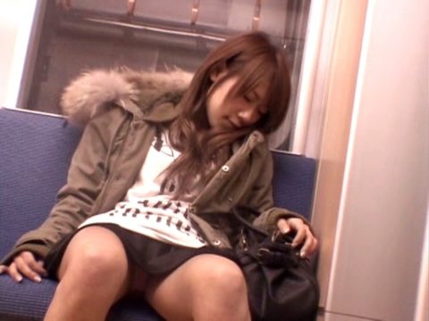 【パンチラ】電車で寝てる女の前の座席がポールポジションな理由wwwwwwwwwww(画像22枚)・2枚目