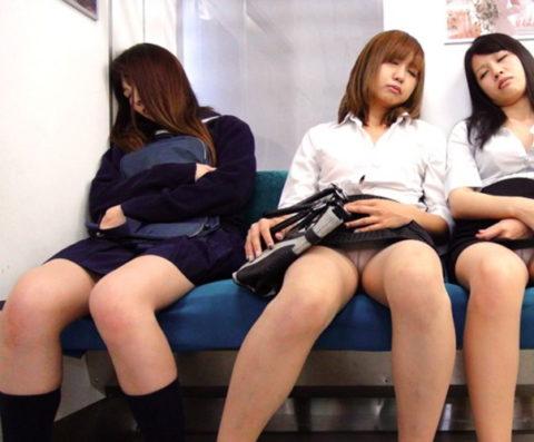 【パンチラ】電車で寝てる女の前の座席がポールポジションな理由wwwwwwwwwww(画像22枚)・20枚目