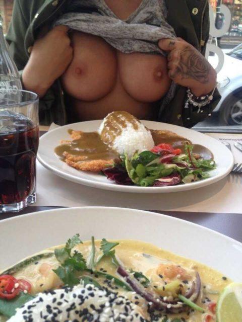 飲食店で露出するときの王道パターンがこちらwwwwwwwwww(画像30枚)・3枚目