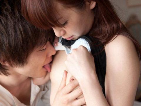 乳首を舐められてる貧乳女子がちょっと申し訳なさそうな顔してるエロ画像集(26枚)・1枚目