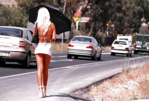 【画像あり】海外の売春婦の客の取り方が攻めすぎてる件wwwwwwwwwwwwww・1枚目
