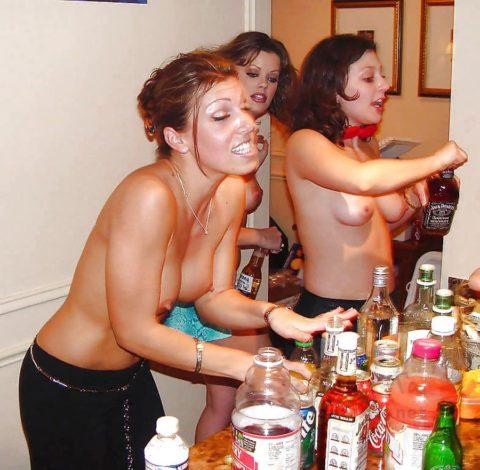 【黒歴史】酒に酔った勢いで脱いでパシャリwww→SNSにうpしちゃった女子会の画像集(30枚)・1枚目