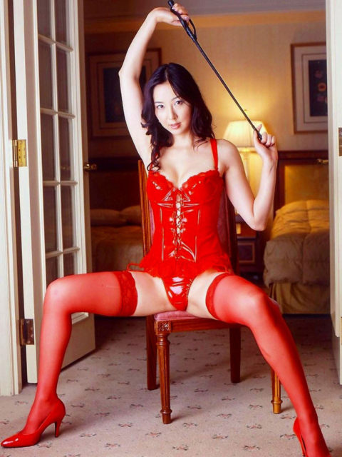 ドM男が我慢汁を垂らすという鞭を持った女王様のエロ画像集(30枚)・10枚目