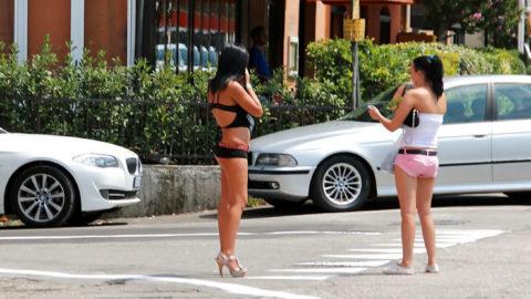 【画像あり】海外の売春婦の客の取り方が攻めすぎてる件wwwwwwwwwwwwww・11枚目