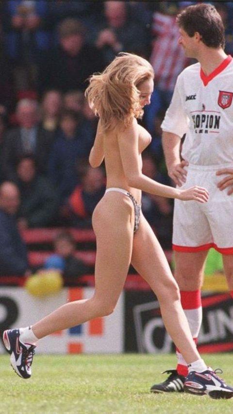 【レッドカード】試合中に全裸で乱入してくる露出狂女wwwwwwwwwwwwwww(画像30枚)・15枚目