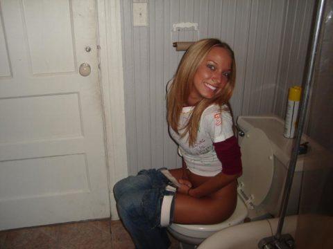 トイレ中の女の子を激写した時の反応いろいろ・・・(画像25枚)・1枚目