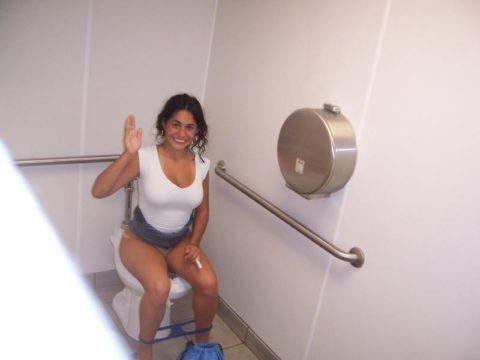 トイレ中の女の子を激写した時の反応いろいろ・・・(画像25枚)・17枚目
