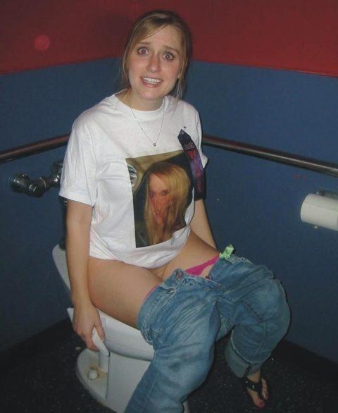トイレ中の女の子を激写した時の反応いろいろ・・・(画像25枚)・4枚目