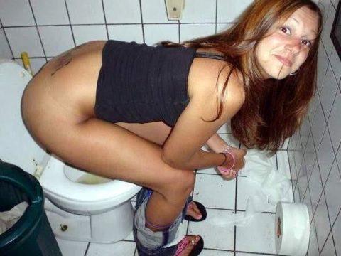 トイレ中の女の子を激写した時の反応いろいろ・・・(画像25枚)・5枚目