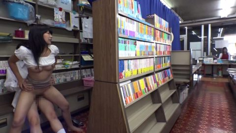 なぜか昔ながらの本屋で犯されてる女の子の画像集(30枚)・19枚目