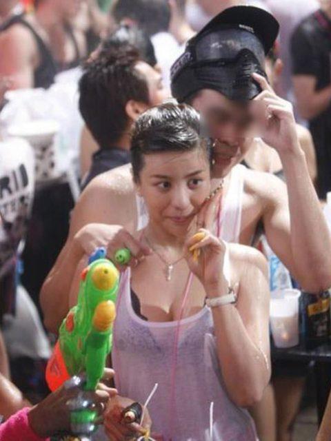 【ニプレス必須】「ソンクラン」とかいうタイの水かけ祭りがエロ過ぎるwwwwwwwwwwwwww(画像30枚)・2枚目