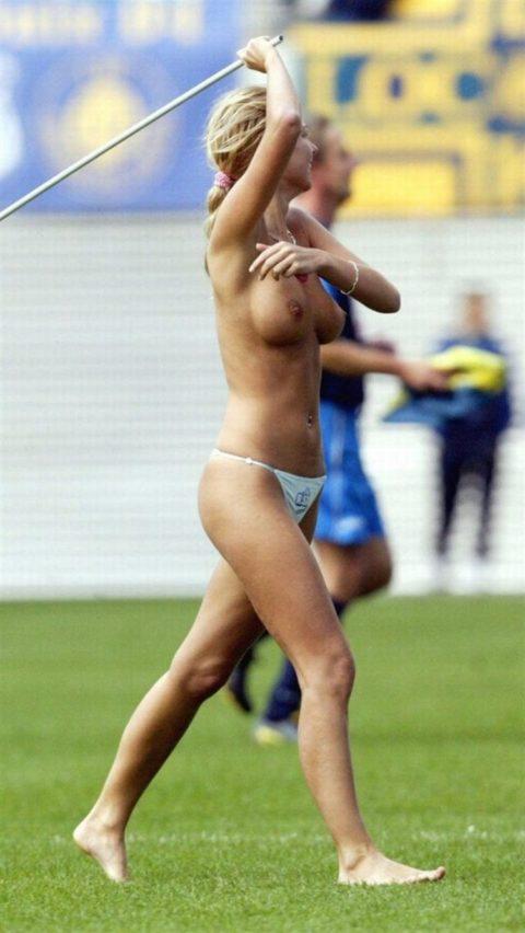 【レッドカード】試合中に全裸で乱入してくる露出狂女wwwwwwwwwwwwwww(画像30枚)・2枚目