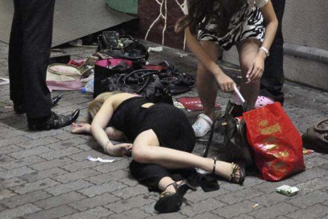 【画像30枚】泥酔して世界中に醜態を晒してしまった女たちwwwwwwwwwwwww・2枚目