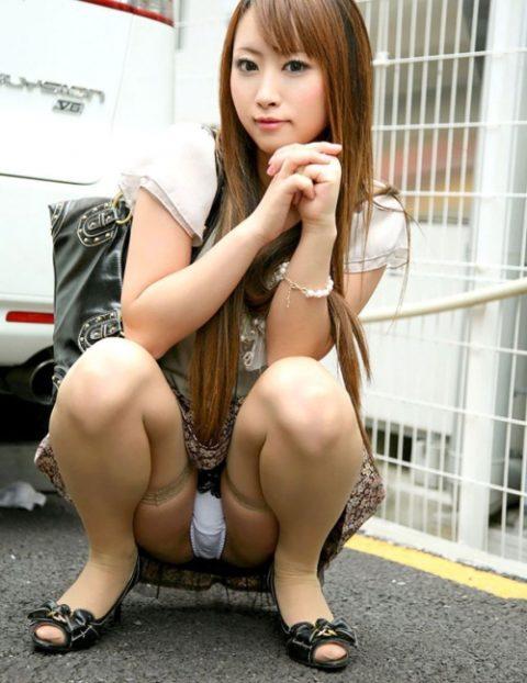 欲情したら負け→ウンコ座りしてパンツを見せつけてくる女wwwwwww(画像21枚)・20枚目