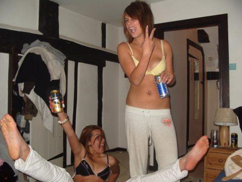 【黒歴史】酒に酔った勢いで脱いでパシャリwww→SNSにうpしちゃった女子会の画像集(30枚)・20枚目
