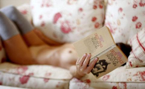 【全裸読書】彼女がマンコ全開で本読んでるので撮ったったwwwwwwwwww(画像あり)・20枚目