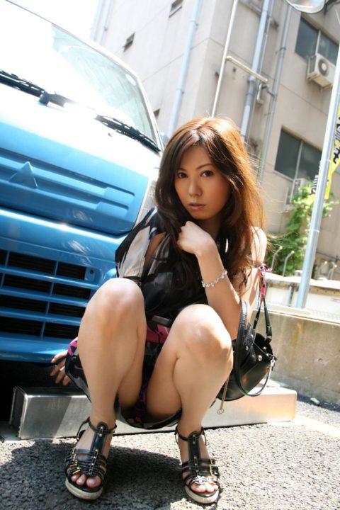 欲情したら負け→ウンコ座りしてパンツを見せつけてくる女wwwwwww(画像21枚)・21枚目