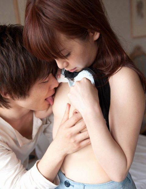 乳首を舐められてる貧乳女子がちょっと申し訳なさそうな顔してるエロ画像集(26枚)・20枚目