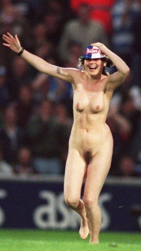 【レッドカード】試合中に全裸で乱入してくる露出狂女wwwwwwwwwwwwwww(画像30枚)・26枚目