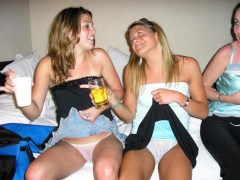【黒歴史】酒に酔った勢いで脱いでパシャリwww→SNSにうpしちゃった女子会の画像集(30枚)・27枚目