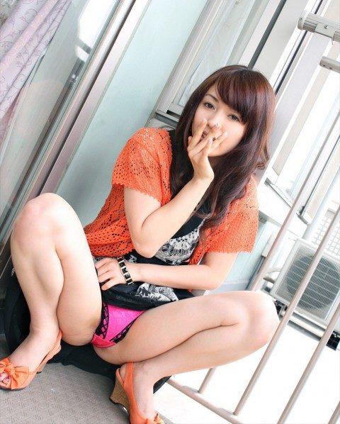 欲情したら負け→ウンコ座りしてパンツを見せつけてくる女wwwwwww(画像21枚)・3枚目