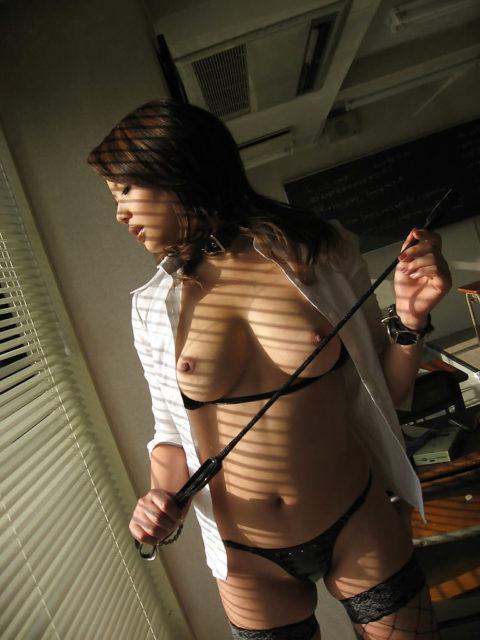 ドM男が我慢汁を垂らすという鞭を持った女王様のエロ画像集(30枚)・5枚目