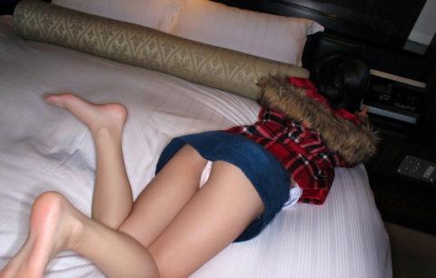 ミニスカでうつ伏せ寝してる彼女を足元から撮ってみたwwwwwwwwwwwwww(画像あり)・5枚目