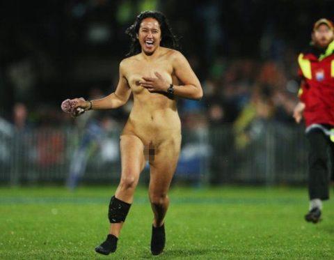 【レッドカード】試合中に全裸で乱入してくる露出狂女wwwwwwwwwwwwwww(画像30枚)・6枚目